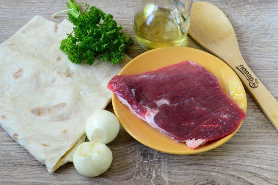 Подготовьте все необходимые ингредиенты. Я использую целый кусок говядины небольшой толщины, тогда он и быстро готовится, и не теряет сочности.