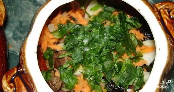 9. Следующий слой состоит из тертой морковки, лаврового листа и зелени.
