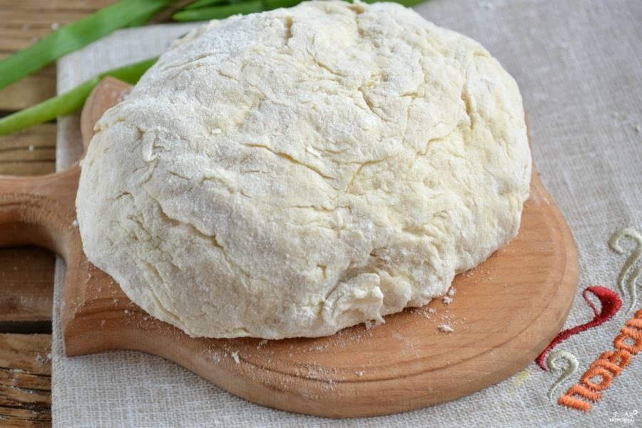 Тесто для пиццы на кефире не должно быть слишком тугим, пусть оно слегка липнет у рукам, но будет очень мягким.