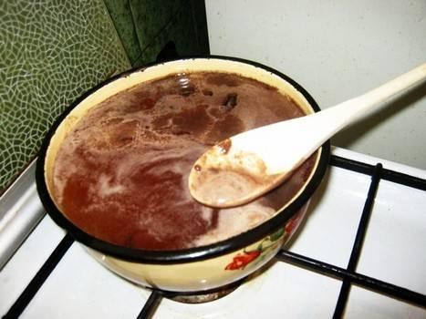 Соединяем приготовленную смесь с горячей водой, перемешиваем все и доводим жидкость до кипения, варим 20-25 минут на медленном огне, помешивая и снимая пену.