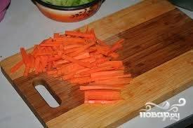 5.Тем временем нарезаем овощи. Морковь режем полосками.