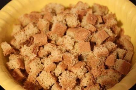 Готовый бисквит нарезать на небольшие кусочки.