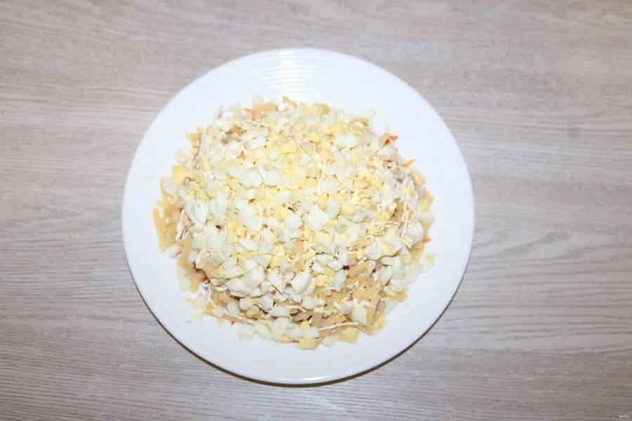 Шестой слой - нарезанные яйца.