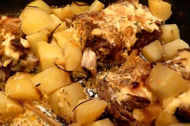 Накрываем форму крышкой или оборачиваем фольгой, отправляем ее в разогретую до 180 градусов духовку и запекаем мясо с картофелем 40 минут.