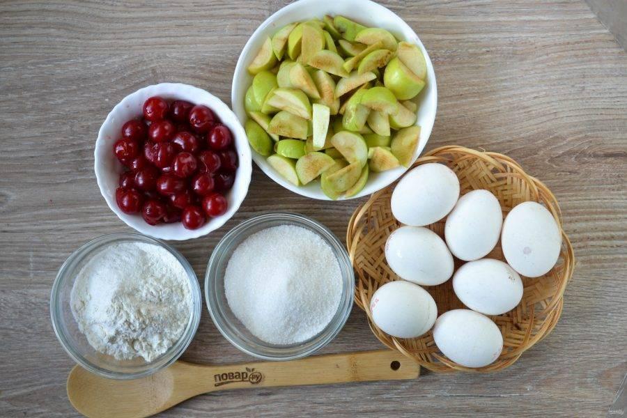 Подготовьте все необходимые ингредиенты. Яблоки порежьте мелкими дольками, сложите в миску и сбрызните лимонным соком. Вишню промойте, удалите косточки. По желанию вишню можно пересыпать сахаром, но я не стала этого делать, поскольку люблю кислинку в пироге.