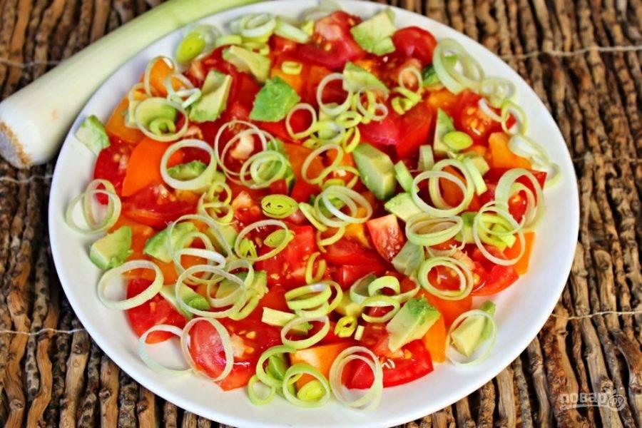 Посыпаем овощи тонко нарезанным луком-пореем.