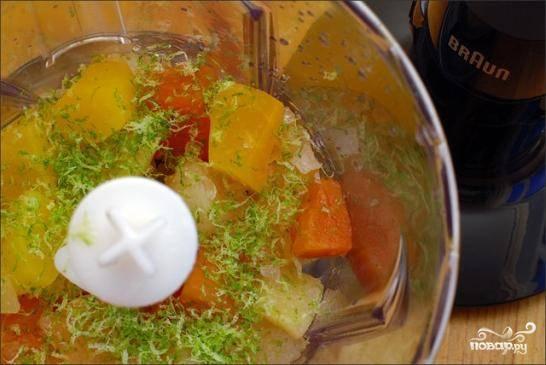 Консервированные фрукты с небольшим количеством сиропа измельчаем в блендере вместе с цедрой лайма, соком лайма и небольшим количеством сахара.