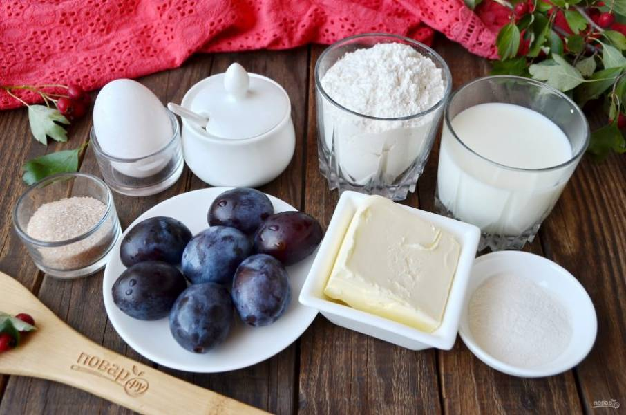 Подготовьте продукты. Масло сливочное лучше заранее достаньте из холодильника и немного дайте постоять, чтобы оно стало мягким, топить его не нужно! Сливы возьмите 5-6-7 штучек, смотря какого они размера. Приступим!
