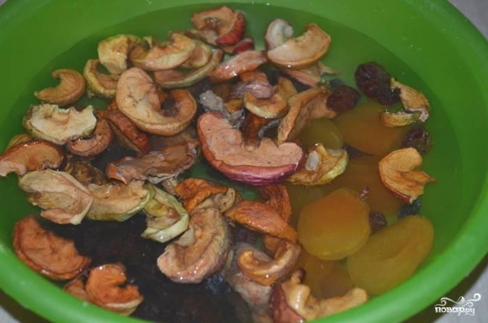 Потом залейте водой в миске и промойте теплой водой. Повторите процедуру раза два.