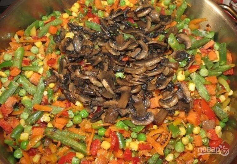 11.Через пару минут на сковороду выкладываю обжаренные ранее грибы.