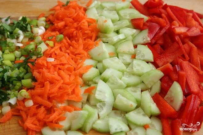 3. Пока все варится можно заняться овощами. Вымойте и очистите перец, морковь, огурец. Нарежьте соломкой или небольшими кубиками (морковь можно натереть на терке). Измельчите зелень.