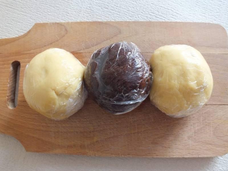 Все три части заверните в пищевую пленку и уберите в морозильную камеру.
