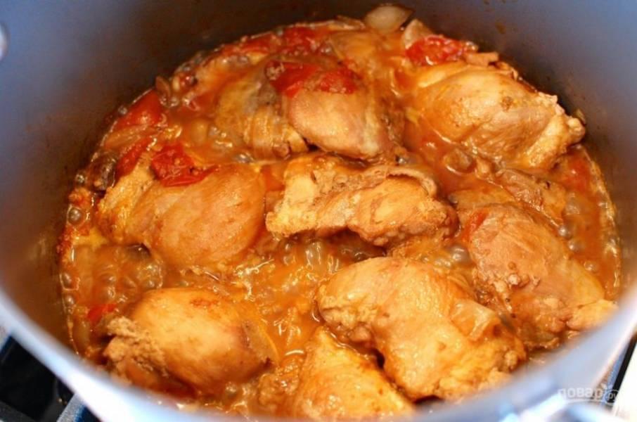 10.Накройте кастрюлю крышкой, уменьшите огонь и тушите около получаса. По необходимости добавьте соль и перец.