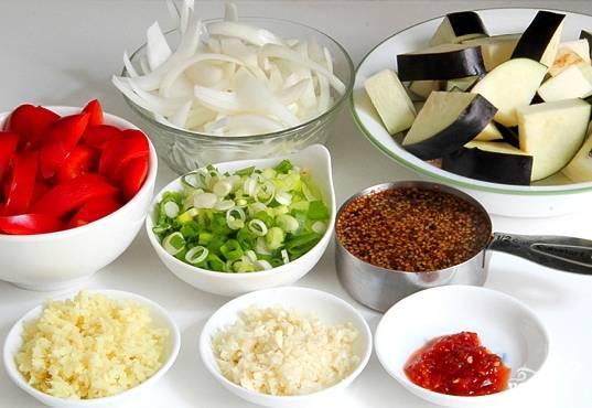 Подготовим овощи. Баклажаны нарежем ломтиками. Перец нарезаем так же. Имбирь натрем на терке. Кунжутные семена замочим в воде.