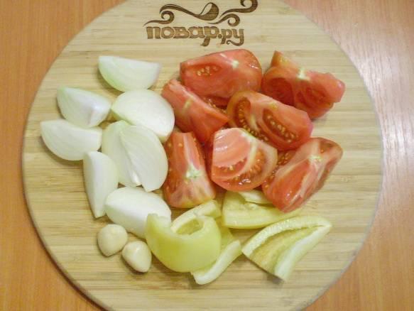 Порежьте помидор, болгарский перец и лук удобными кусочками для блендера.