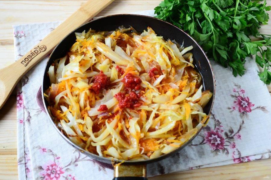 Затем добавьте к овощам разведенную в небольшом количестве воды томатную пасту, а также не забудьте посолить и поперчить. Перемешайте все и тушите до готовности (еще 10 минут).