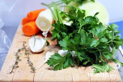 1. Морковь очистить и крупно нарезать. Очистить пастернак и нарезать, как морковь. Нарезать зеленый лук.