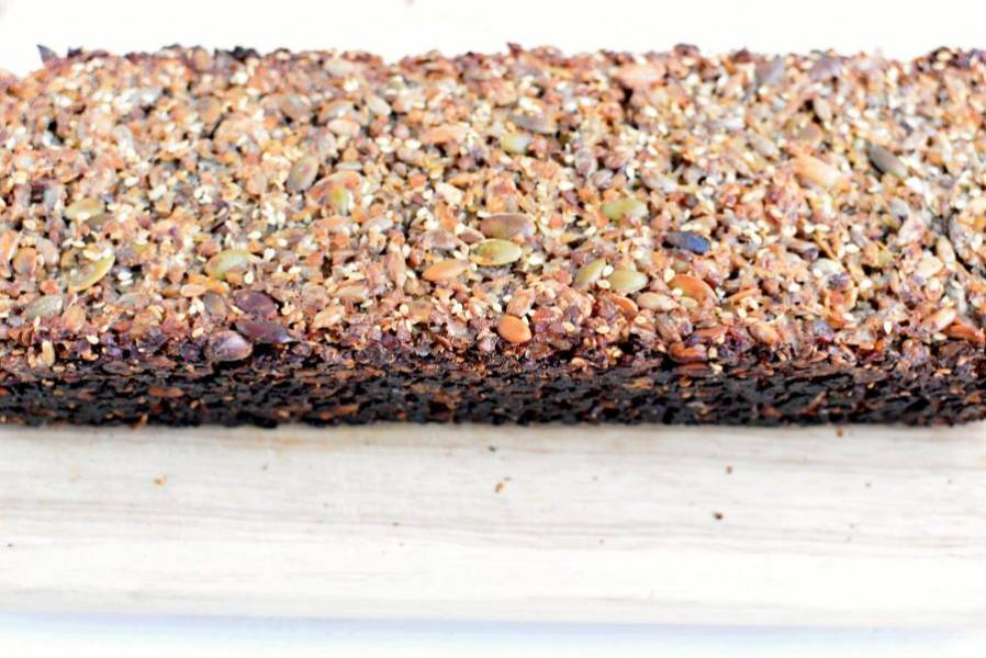 Выпекайте хлеб в прогретой до 160 градусов духовке около часа. Затем проверьте хлеб нажатием пальца – если он упруг, снизьте температуру до 140 градусов и снимите фольгу. Пеките до подрумянивания верхней корочки.