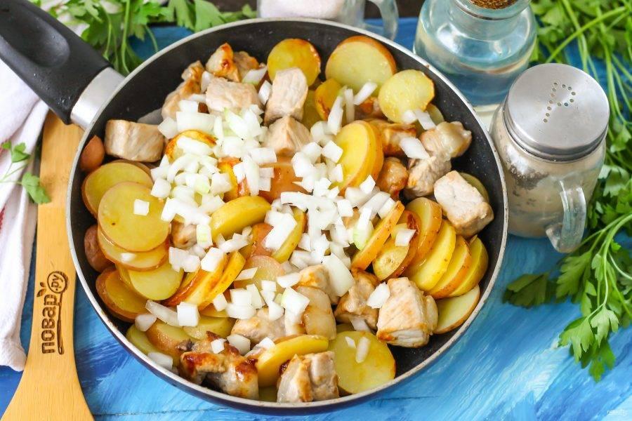Очистите луковицу от шелухи, промойте в воде и нарежьте мелкими кубиками. Добавьте в емкость и накройте сковороду крышкой. Пропарьте блюдо примерно 2-3 минуты на умеренном нагреве, затем перемешайте картофель с мясом, обжарьте в течение 3-4 минут.