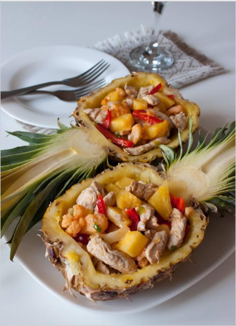 4. Остужаем курицу, домешиваем ее к ананасу и овощам. Заправим салат уксусом, добавим специи по вкусу и лук. Выкладываем в корзинку ананаса и подаем!