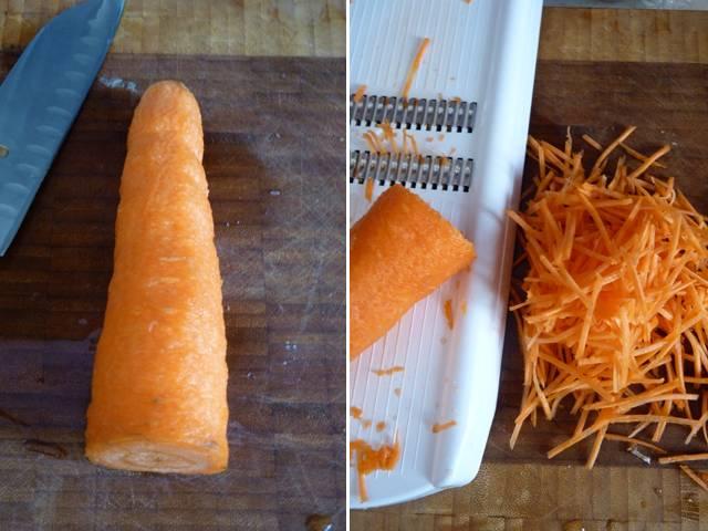 Морковку очистите и натрите на терке (или тонко и длинно порежьте). Лучше всего это получается со специальной теркой, как на фото.