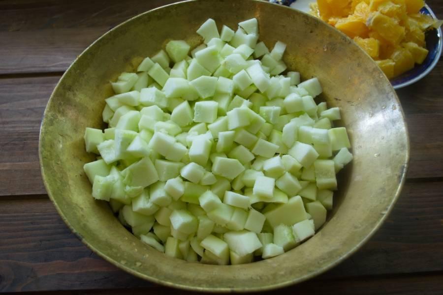 Кабачки очистить от шкурки. Удалить полностью семена. Нарезать кубиком.
