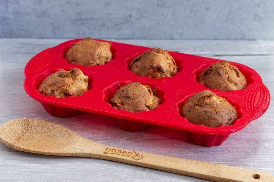 Выпекайте кексы 25-30 минут при температуре 180 градусов. Затем выключите духовку и оставьте их там на 7-10 минут.