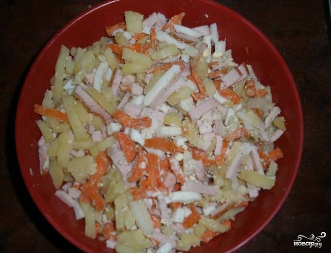 2.Возьмите кастрюлю, налейте воды, опустите свеклу, посолите, добавьте уксус и варите до полной готовности. Почистите, вымойте, отварите картошку и морковку, порежьте соломкой или натрите на крупную терку. Нарежьте вареные яйца, отваренное мясо и добавьте к картошке и морковке. Натрите все огурцы и редиску на средней терке.