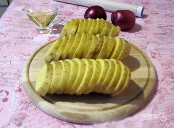 Нарежьте картофель кружочками толщиной 0,7 см.