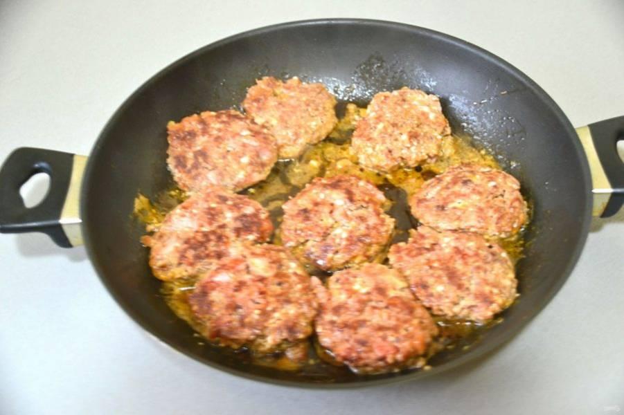 На разогретую сковороду налейте 2 ст. ложки растительного масла, сформуйте котлетки и обжарьте до выпаривания влаги и до готовности.
