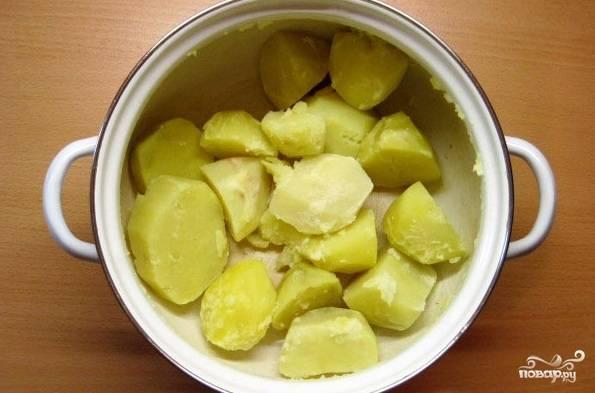 Даем нашим шарикам время постоять в тепле, а тем временем займемся начинкой. Для начала мы отвариваем картофель до полной готовности.