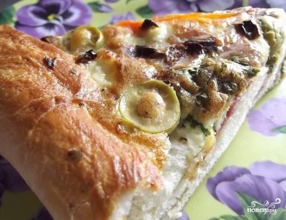 6.Приготовьте начинку для пиццы. Шампиньоны, маслины и томаты порежьте, смешайте с майонезом. Уложите сверху пласта дрожжевого теста. Выпекайте пиццу при температуре 180 градусов до готовности.