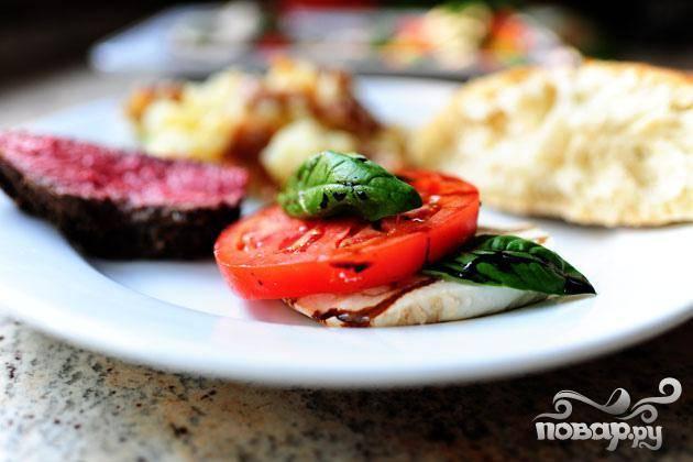 7. В конце посыпать салат солью и приправить черным перцем. Подавать салат на обед с ломтиками хрустящего хлеба или подавать с говядиной на ужин.