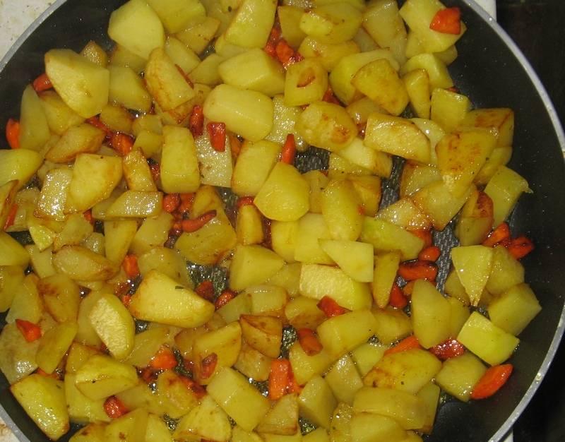 1. В большом количестве масла обжариваем картошку с морковкой. Солим, перчим по вкусу, оставляем пока в сторонку.