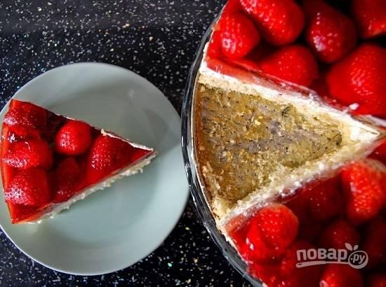 А затем освобождаем торт от съемных бортиков формы и наслаждаемся вкусным и легким десертом.