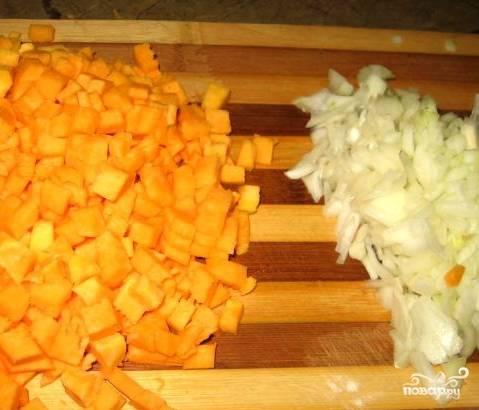 А пока займемся овощами. Почистим тыкву от кожуры, порежем её на небольшие кусочки. Как вы поняли, паштет у нас диетический, поэтому он будет с добавлением овощей и без сливочного масла. А нежный вкус масла нам заменит тыква. Порубим мелко лук. На терке натрем морковь.