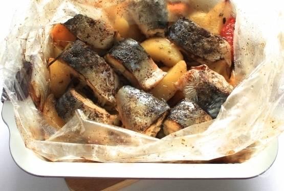Отправляем рукав в разогретую до 180 градусов духовку и запекаем 35-40 минут. Подавайте горячую скумбрию с картошкой, посыпав мелко нарезанной зеленью.