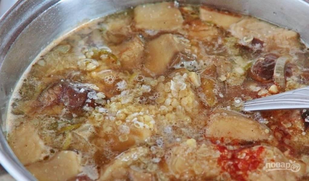Переложите все содержимое сковороды в кастрюльку и залейте водой. Затем поставьте кастрюлю на плиту и доведете суп до кипения. Бросьте в него хлопья. Варите до готовности, добавьте соль, специи.