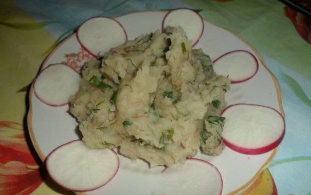 6. Вот и все - ужин на скорую руку готов! Подавайте картофельное пюре с тушенкой в домашних условиях вместе со свежими овощами или солениями.
