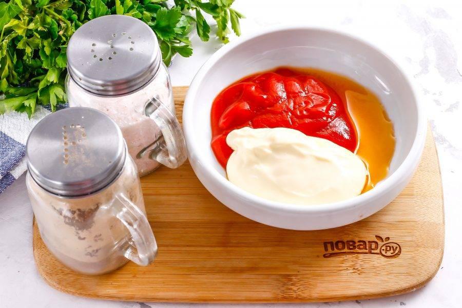 Классический кетчуп без вкусовых добавок выложите в глубокую емкость. Туда же добавьте майонез без вкусовых добавок, жидкий дым, яблочный уксус.