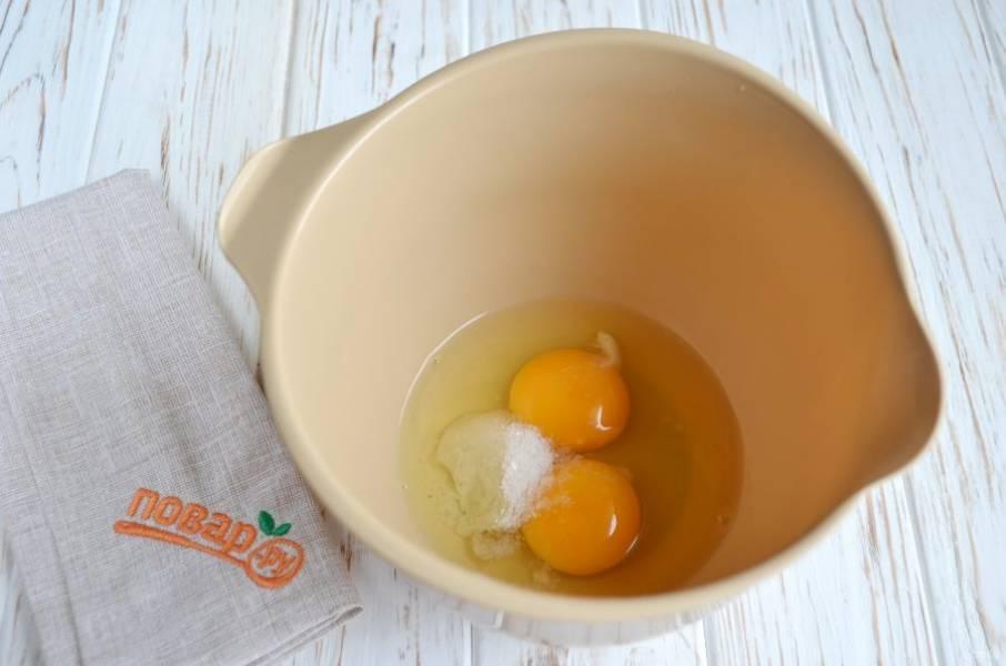 2. Яйца взбейте миксером с солью и сахаром.
