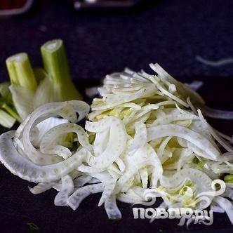2. Очень тонко нарезать половину фенхеля, сельдерей и половинку луковицы. Перемешать фенхель с лимонным соком, чтобы предотвратить потемнение.
