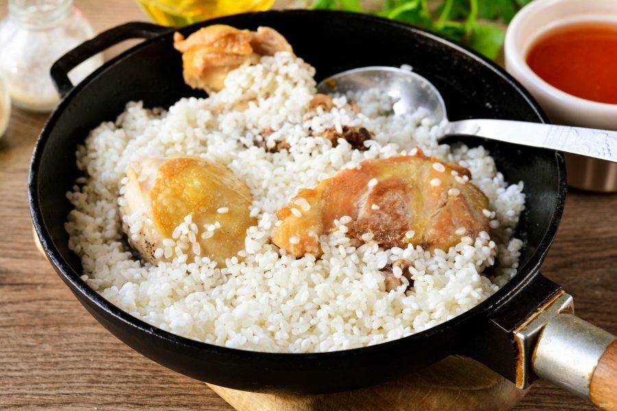 Всыпьте к курице промытый рис.