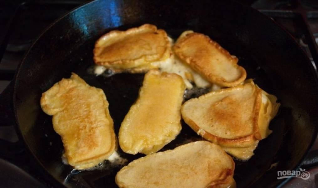 Кусочки сыра обмакните в кляре. Выложите их на сковороду с разогретым маслом.