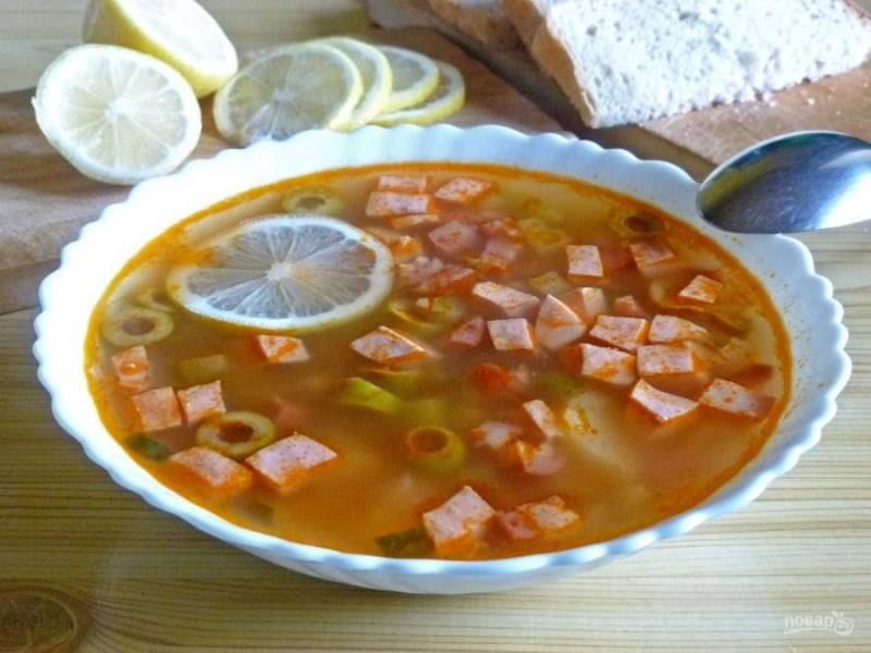 12. Когда все сварится, дайте супу немного постоять, чтобы как следует настоялся. Перед подачей непосредственно в тарелку добавьте дольку лимона.