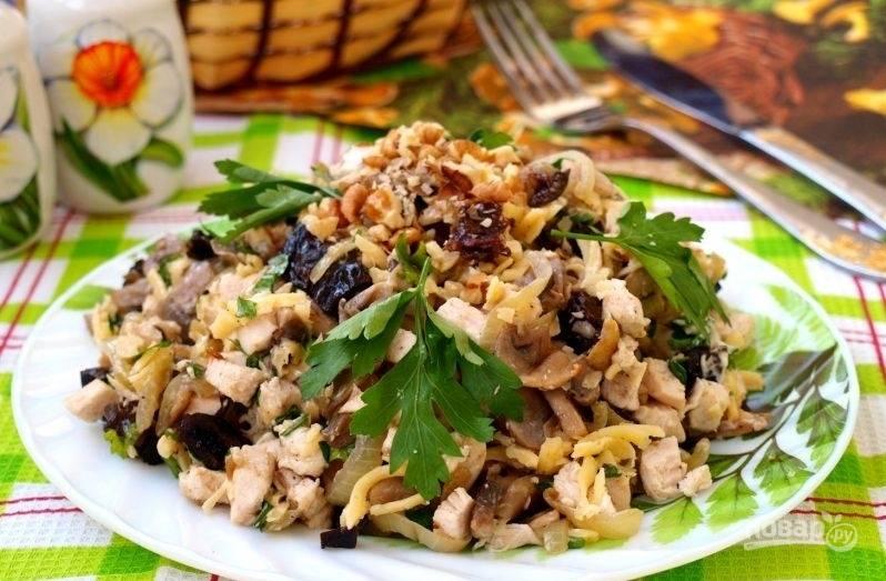 Салат с курицей, черносливом и грибами