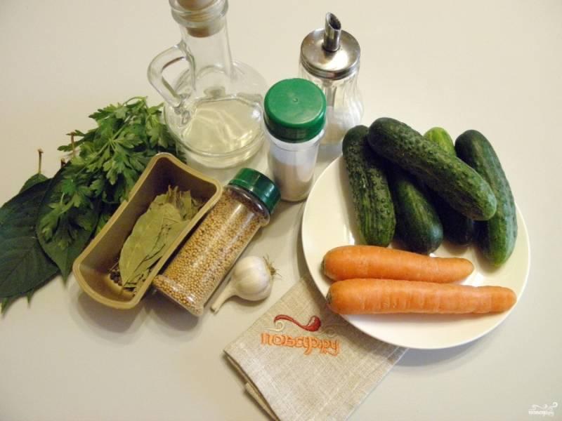 Приготовьте огурцы, морковь, зелень и специи. Сразу поставьте воду для маринада на огонь, доведите её до кипения. Тем временем вымойте тщательно огурцы, зелень, очистите морковь.