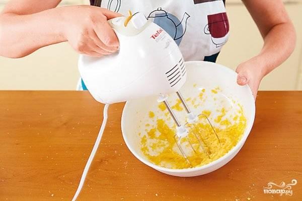 Оставшиеся три яйца вбейте в отдельную посуду и смешайте с сахарной пудрой. При помощи миксера взбейте массу в устойчивую пену. Добавьте остаток муки, соду и крахмал. Аккуратно перемешайте, чтобы масса не осела.