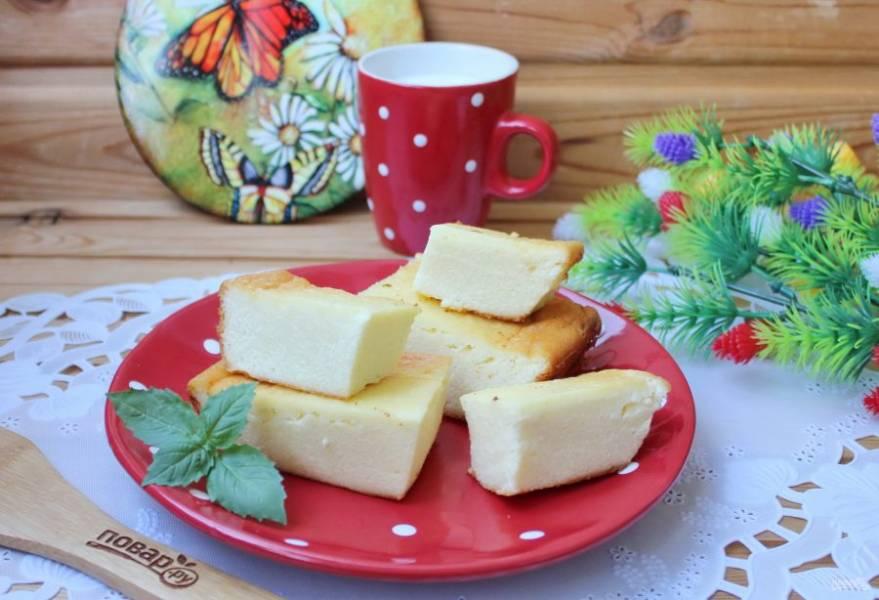 Готовую запеканку немного охладите, нарежьте на порции и подавайте к столу со сметаной, медом, сгущенным молоком.