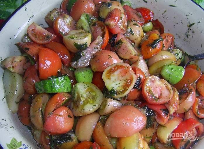 Перекладываем к овощам чеснок и зелень. Засыпаем соль и сахар, перец. Вливаем масло и перемешиваем. Ставим в холодное место на 4-5 часов.